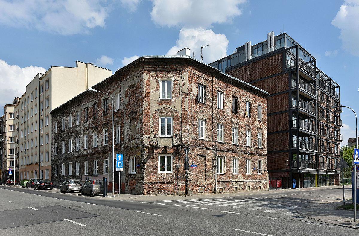 1200px-Gentryfikacja_ulica_Okrzei_róg_Wrzesińskiej_w_Warszawie