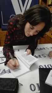 """Carmen Quintana durante la presentación de """"Felicidad"""" en la librería Estvdio"""