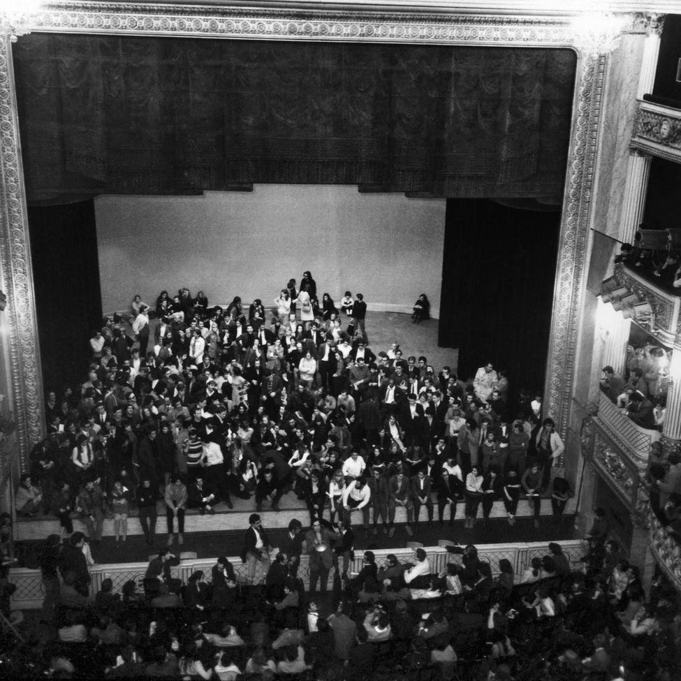 El 15 de Mayo los estudiantes ocupan pacíficamente el teatro del Odeón, que será en lo sucesivo su 'cuartel general' tras abandonar Nanterre y la Sorbona.