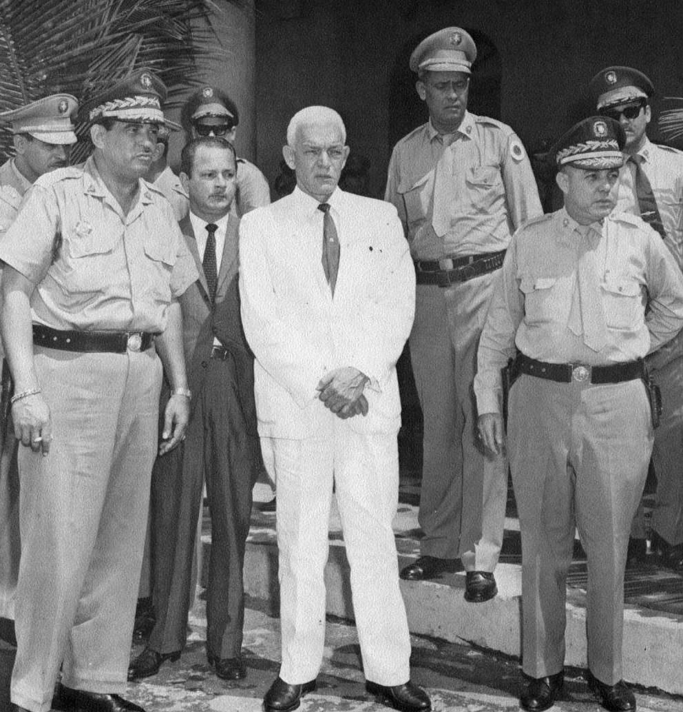 Presidente-Juan-Bosch-rodeado-de-autoridades-militares