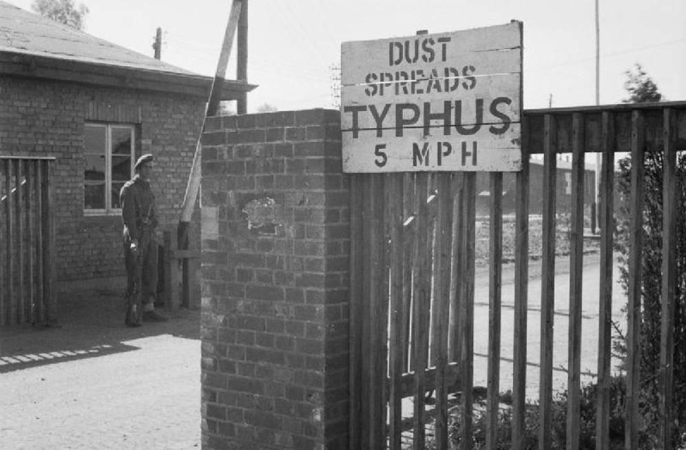 Letrero alertando del Tifus en el Campo de Concentración de Bergen-Belsen. 1945.