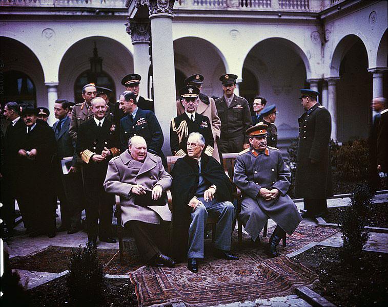 Winston Churchill (Reino Unido), Franklin Roosevelt (Estados Unidos) y José Stalin (Unión Soviética) durante la Conferencia de Yalta (1945).